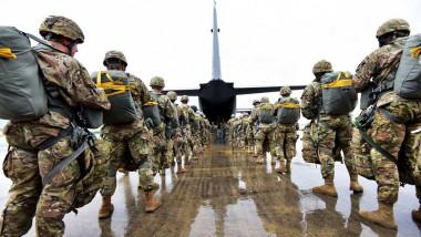 parașutiști americani se îmbarcă în avion, militari americani