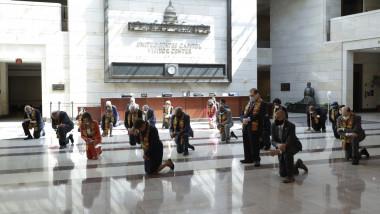 Aleşi democraţi au îngenuncheat în Congres