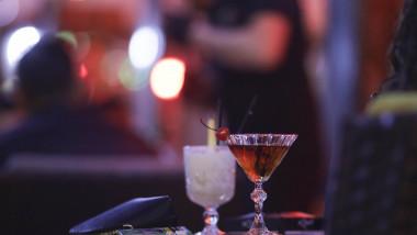 pahare cu bauturi pe masa la terasa