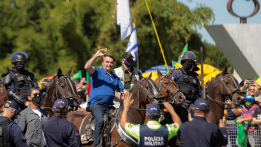 Bolsonaro attends a protest with thousands of people and ignores COVID-19