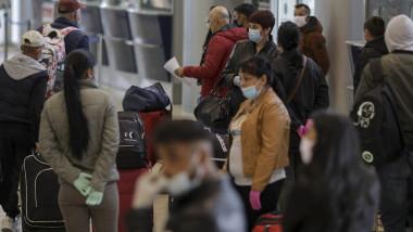 aeroport oameni masti coronavirus
