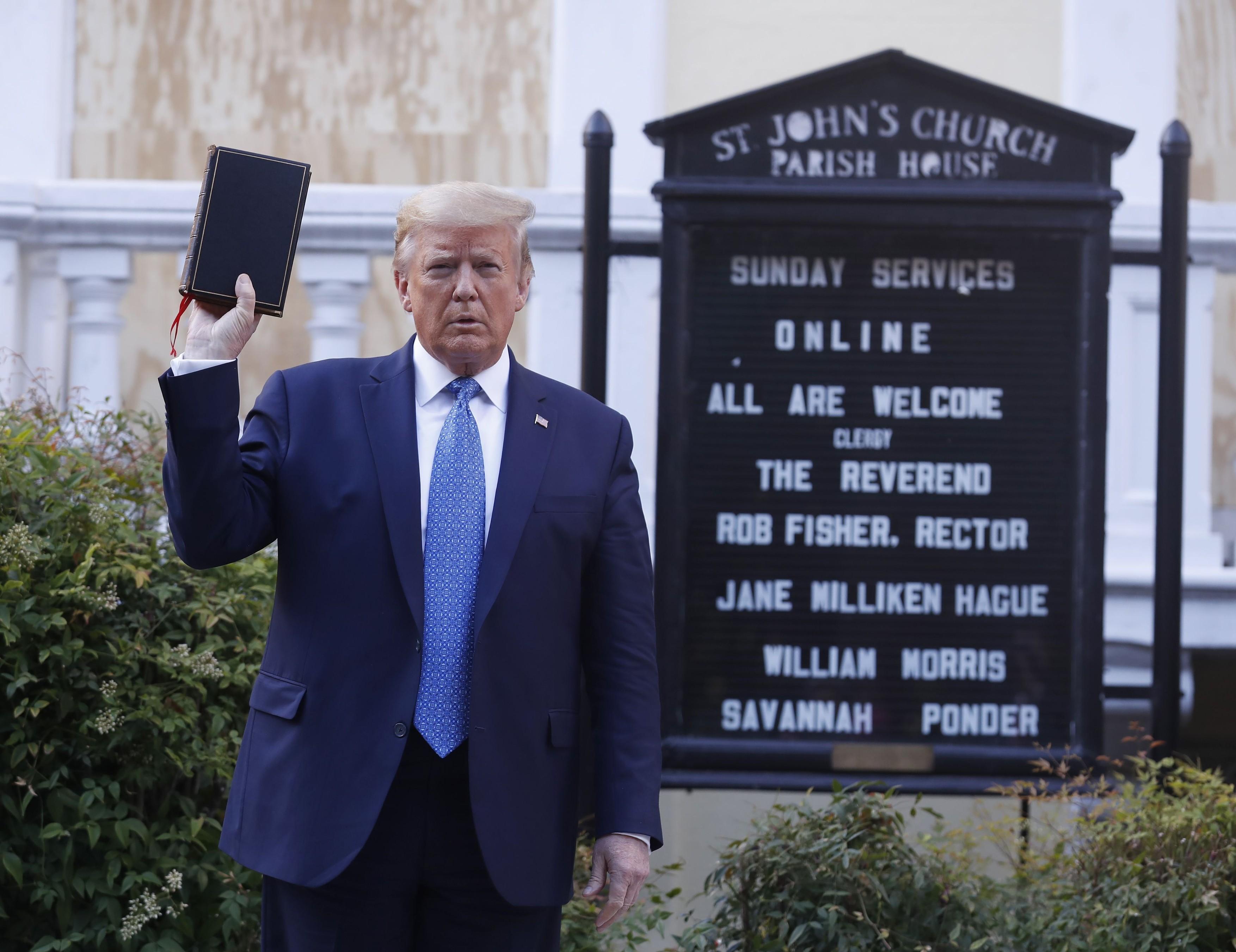 imaginea-lui-trump-cu-biblia-