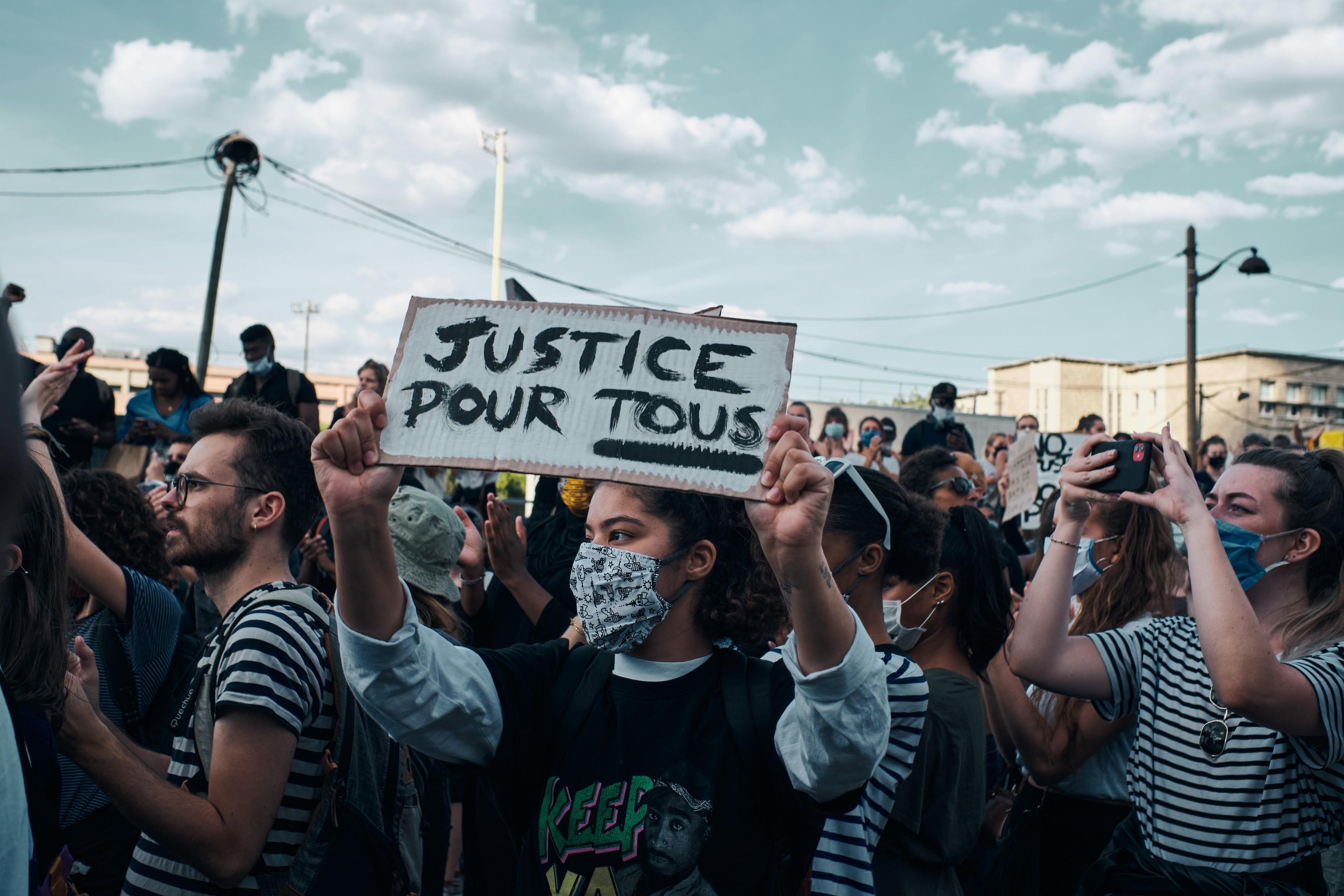 Gaze lacrimogene si baricade la protestele din Franţa faţa de violenţele poliţiei