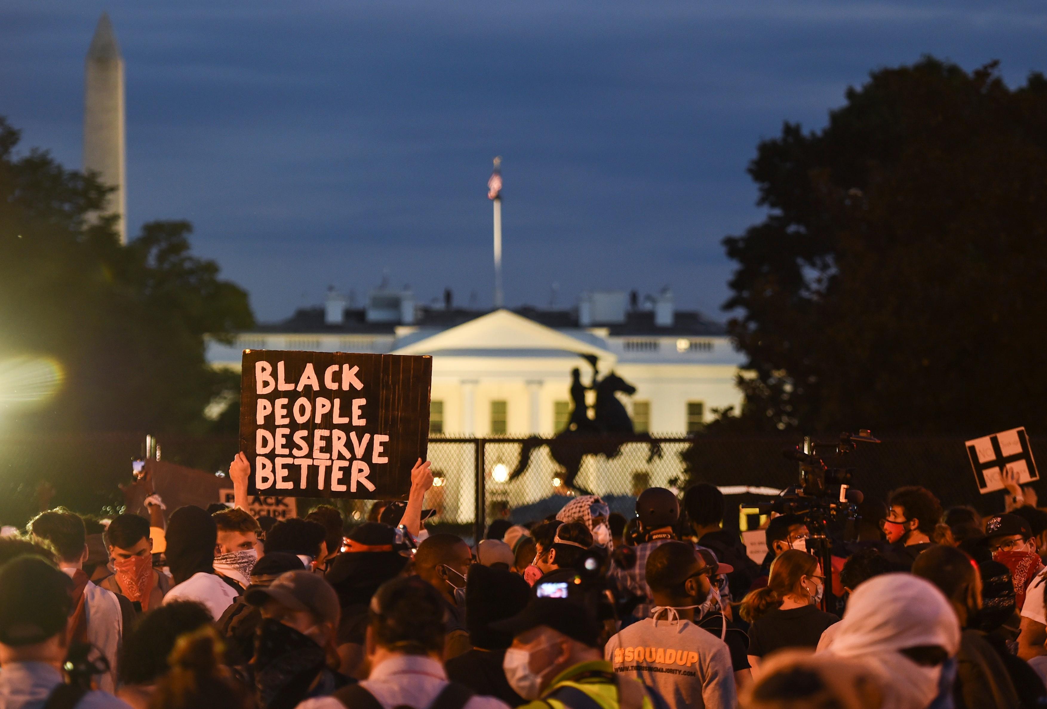 Protestele din SUA au continuat si marti seara. Pentagonul a trimis 1.600 de soldaţi in regiunea capitalei federale