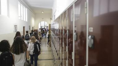 Elevii nu sunt de acord cu voucherele pentru uniforme, votate în Parlament