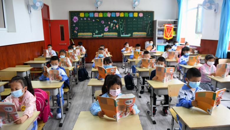 elevi la școală în China în timpul epidemiei de coronavirus