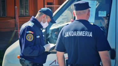 jandarmi verifică declarații în timpul epidemiei de coronavirus