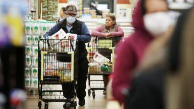 Clientii magazinelor din UA se protejeaza cu masti