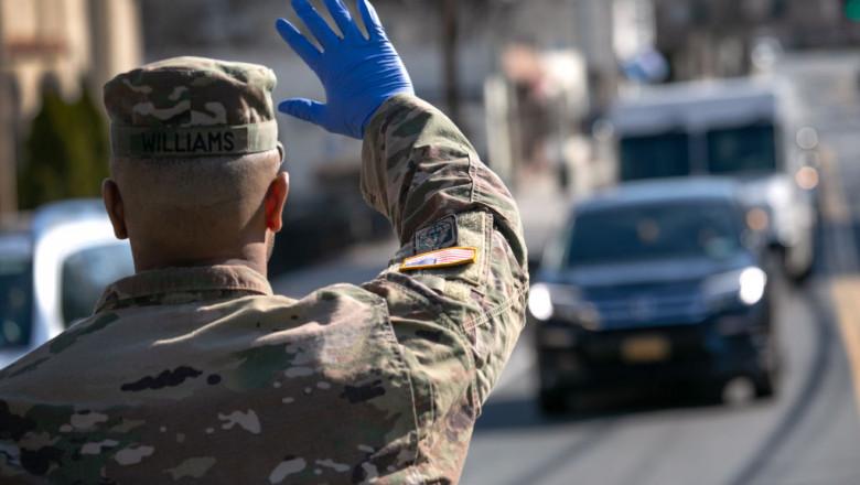militar american la punct de control, oprește mașini