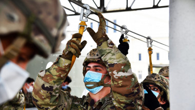 parașutist american cu mască de protecție pe față
