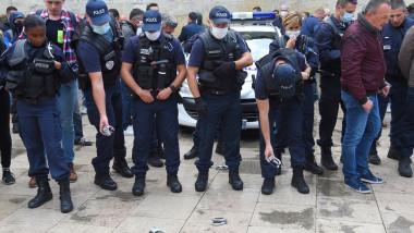 Polițiștii din Franța își aruncă cătușele în semn de protest față de acuzațiile de rasism
