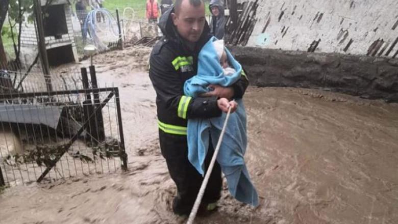 inundatii-evacuare-bebelus-copil-isu-bistrita-nasaud