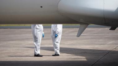 Membrii ai personalului de zbor, langa un avion, in Ucraina