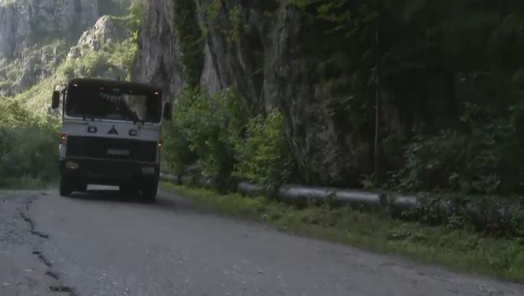 Situatie revoltatoare: Rezervatie naturala distrusa cu pickamerul pentru a face loc camioanelor care transporta bustenii taiati