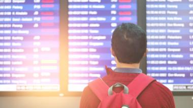 barbat pe aeroport in mijlocul restrictiilor covid