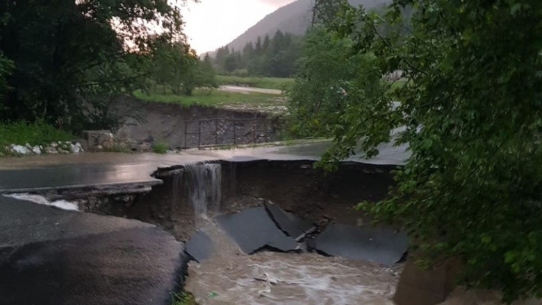 O bucata dintr-un drum national s-a prabusit din cauza inundatiilor