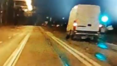 Un tanar a furat o duba din parcarea unui hotel, apoi a fost oprit de politie cu focuri de arma