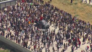 Sute de persoane au blocat circulația pe o autostradă din SUA, protestând față de moartea unui tânăr afro-american