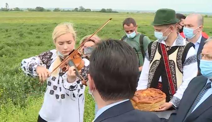 VIDEO | Ludovic Orban, primit pe acorduri de vioară pe centura Rădăuțiului