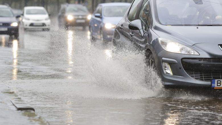 VIDEO   Haos în trafic după furtuna din Capitală. Pompieriiintervin pentru extragerea apei acumulate în curți și subsoluri