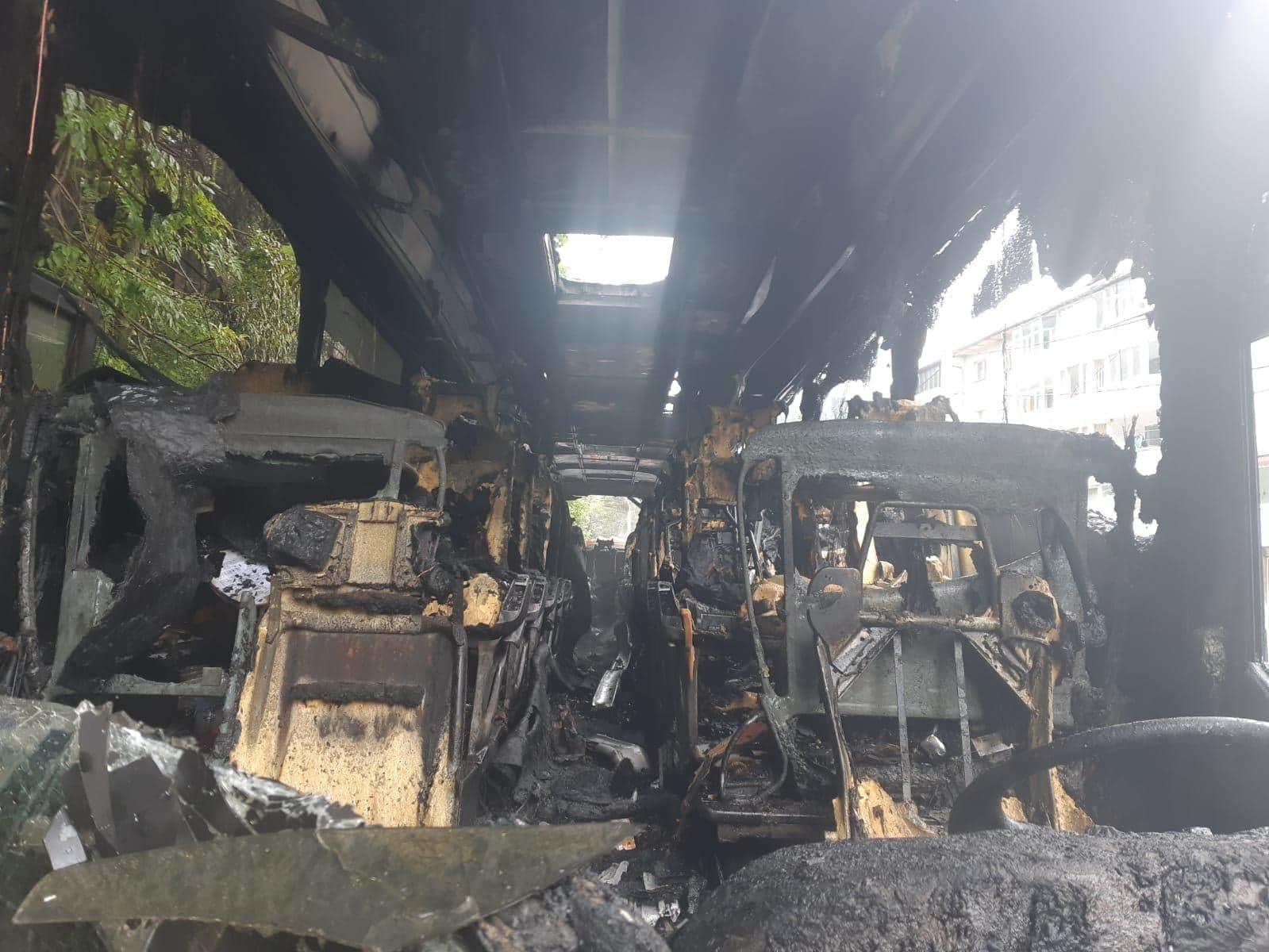 Un autocar cu 46 de persoane s-a făcut scrum după ce a luat foc în mers pe DN1