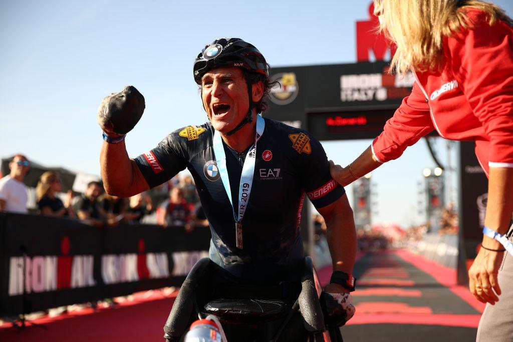 Alex Zanardi, fostul pilot de Formula 1 rămas fără picioare în 2001, a fost lovit de un camion în timpul unei curse pentru paralimpici