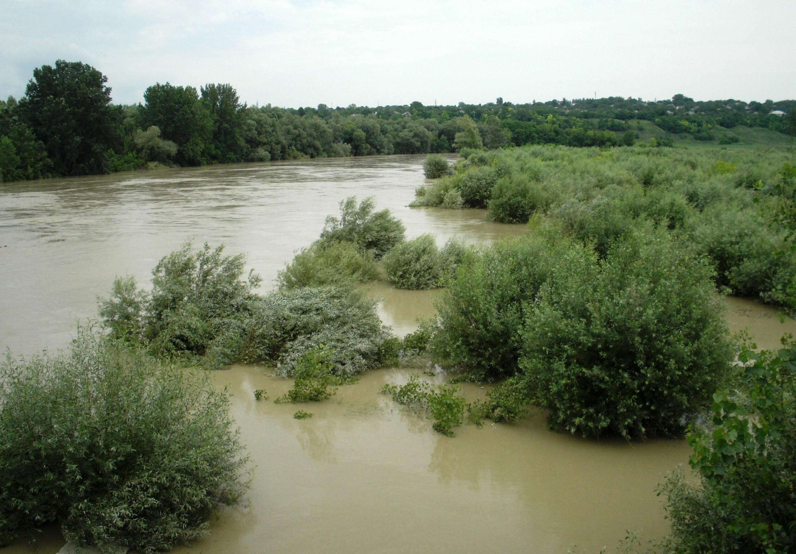 Codul roșu de inundații pe Tisa și Prut, menținut până joi. Locuitorii unui sat din Botoșani au fost evacuați