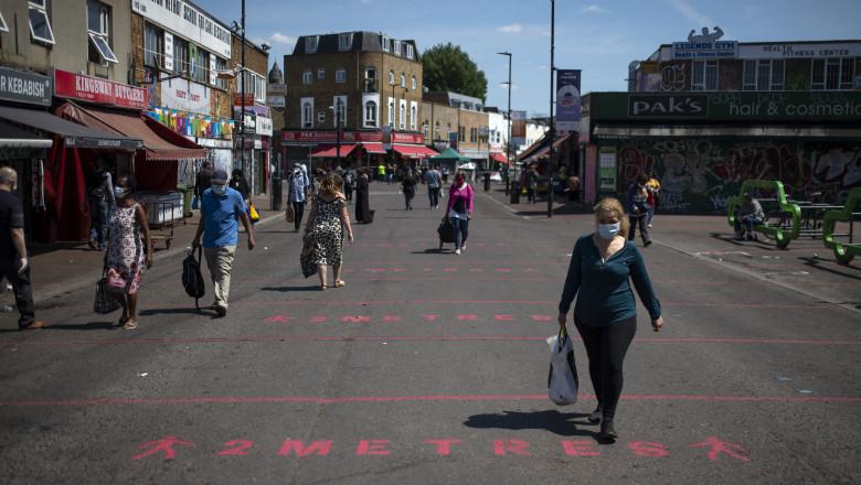 Oameni pe stradă, la Londra, în condiții de pandemie.