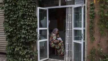 femeie cu copil uiguri in regiunea xinjiang din China