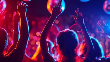 Dosar penal și amenzi de 20.000 de lei după ce un tânăr de 18 ani a organizat o petrecere într-un apartament din Cluj-Napoca