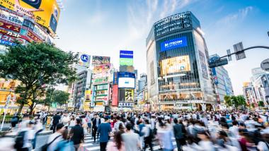 Aglomeratia din intersectia Shibuia din Tokyo, Japonia