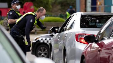 Politistii australieni dirijeaza traficul in Melbourne, Australia