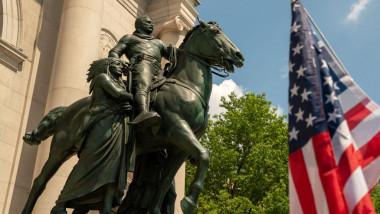 Statuia lui Roosevelt din fața Muzeului American de Istorie Naturală din New York