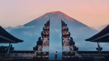 O turista sta in fata monumentului Gura Raiului, in Bali