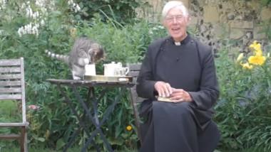 """O pisică apare în cadru, în timpul unei slujbe online, și """"fură"""" laptele de pe masă. Reacția vicarului. VIDEO"""