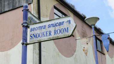 Semn cu numele bilingv al unei sali de jocuri in Irlanda