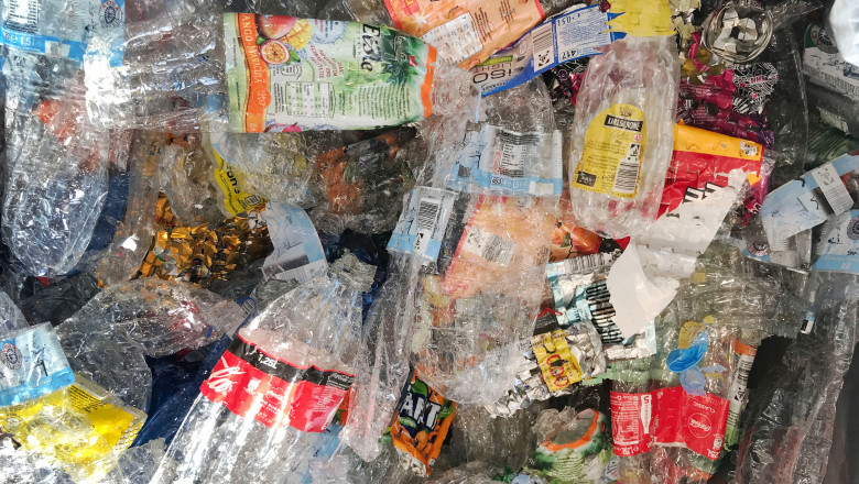 Sticlele reutilizabile de apă, bere şi suc, dar și PET-urile și dozele de aluminiu vor putea fi returnate în magazine de la anul, pentru reciclare