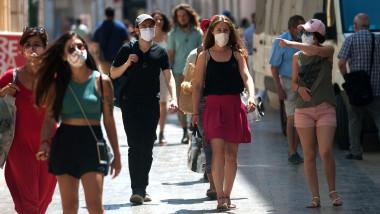 oameni pe stradă poartă mască de protecție
