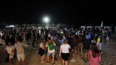 Tineri danseaza pe o plaja in Vama Veche