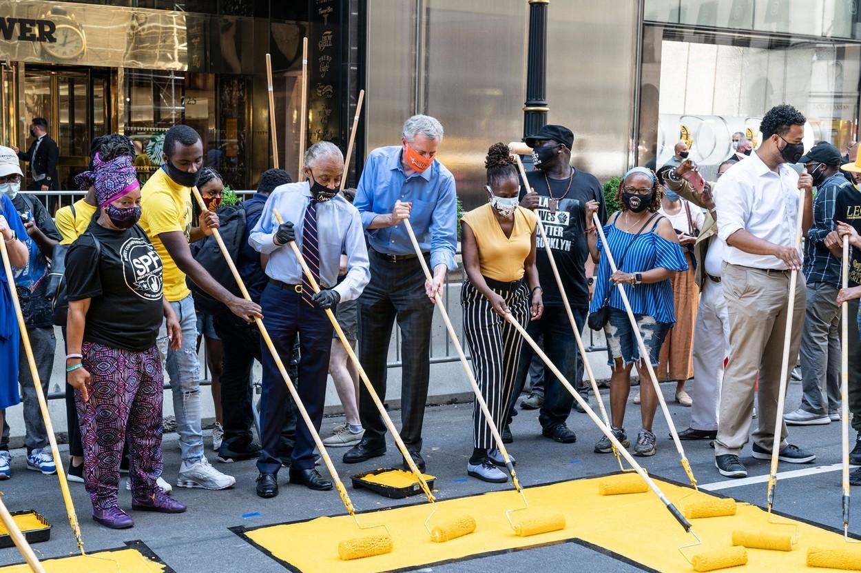 """Primarul orașului New York i-a ajutat pe protestatari să picteze sloganul """"Black Lives Matter"""" în fața clădirii Trump Tower"""