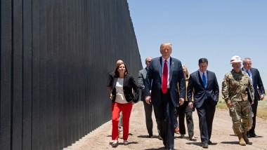 Donald Trump viziteaza zidul de la granița SUA - Mexic