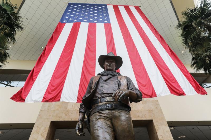statuia lui John Wayne de la aeroportul orange county santa ana california john wayne