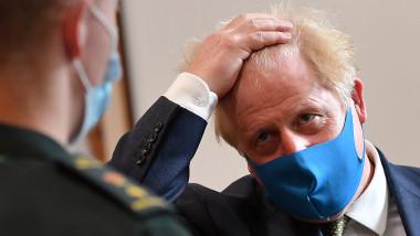 premierul britanic Boris Johnson poartă mască