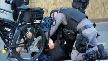 Ciocniri violente între protestatarii BLM și poliție, în SUA. Manifestanții furioși au aruncat cu pietre și sticle în forțele de ordine