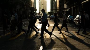 trecători pe stradă în Hong Kong