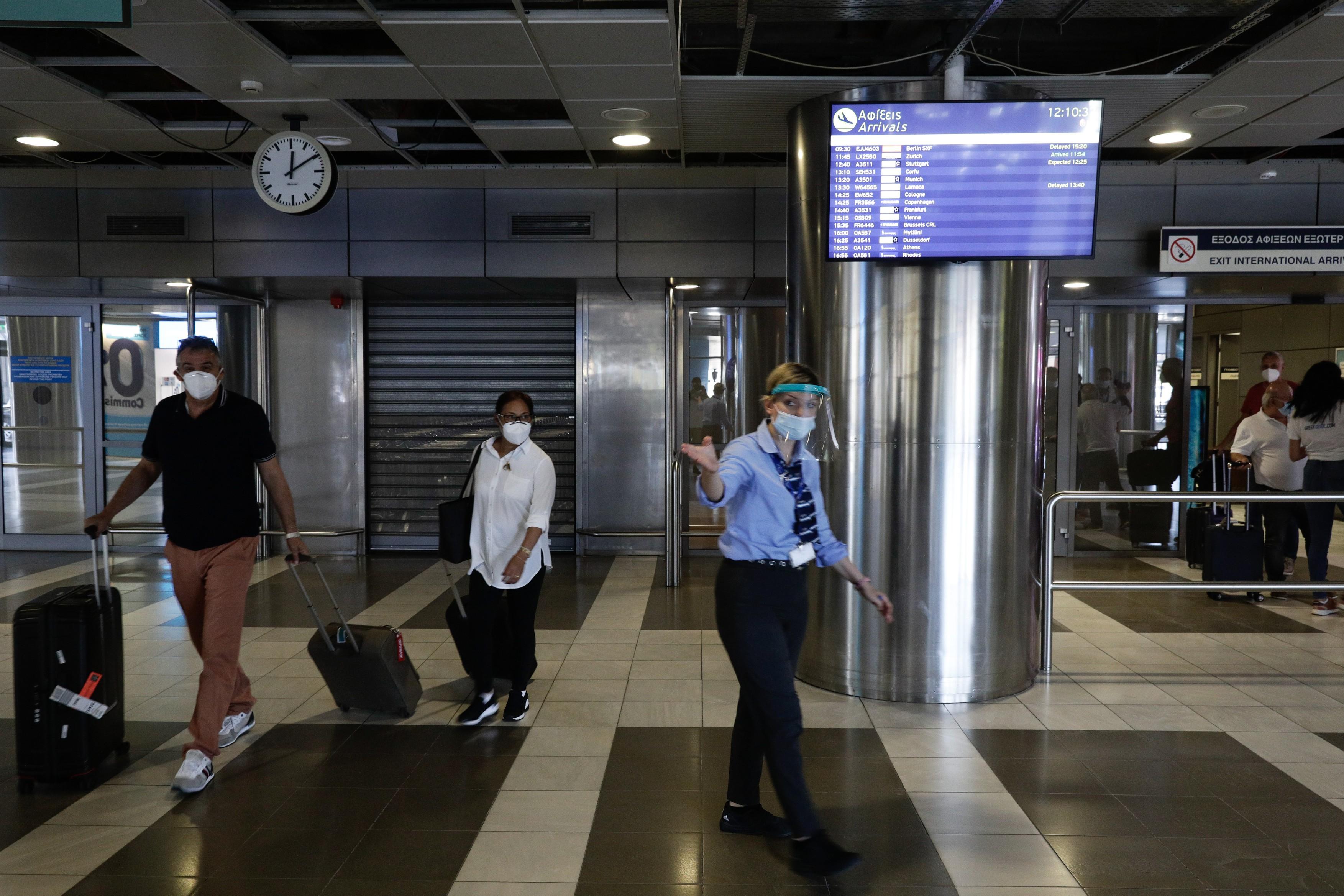 Masca redevine obligatorie in aproape toate spaţiile publice inchise din Grecia