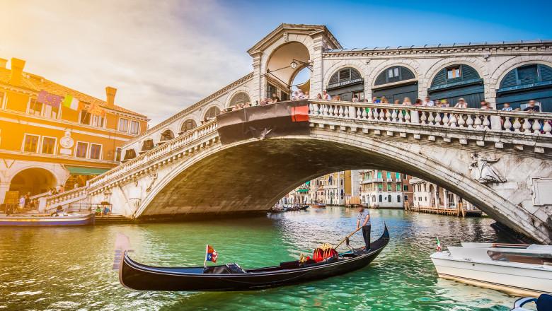 Gondolele sunt o atractie turistica in Venetia