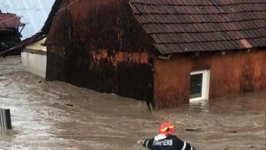 Ploile din ultimele ore au făcut ravagii în mai multe localități din șase județe. 11 persoane, salvate din calea viiturilor