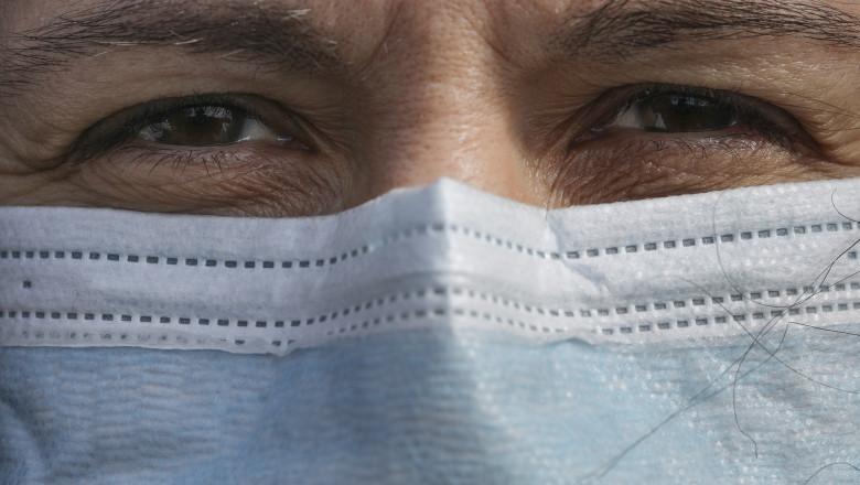 oameni cu masca de protectie pe strada masti sanitare