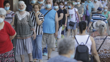 oameni-cu-masca-de-protectie-pe-strada-masti-sanitare-bucuresti-coronavirus-inquam-ganea (2)